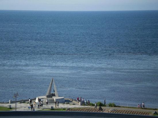Soya Misaki: 望楼から眺める北方向の風景(手前下は最北端碑)