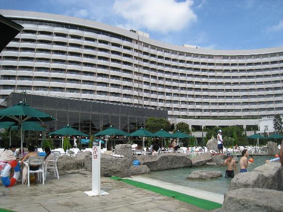 Sheraton Grande Tokyo Bay Hotel : ガーデンプールとホテル
