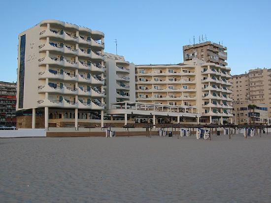 Hotel Playa Victoria: View from the beach