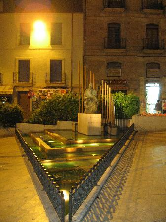 Croissanteria Paris SL.: It's straight on the left lane of this fountain