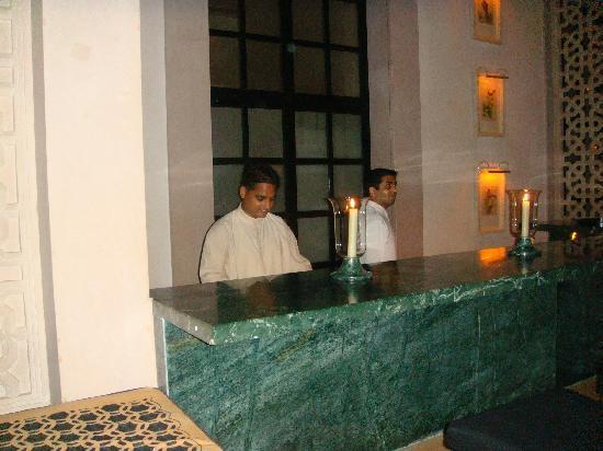 Amanbagh Resort: Amanbagh's world class bar men