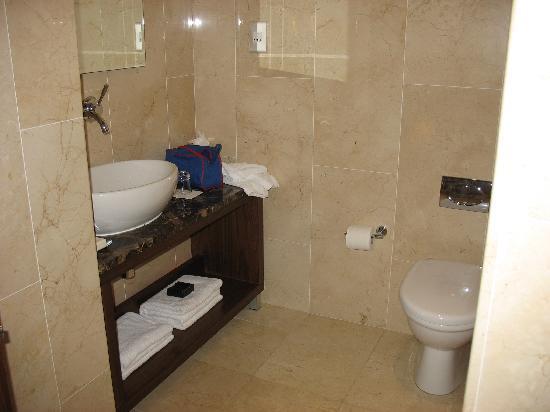 Dylan Hotel: bath
