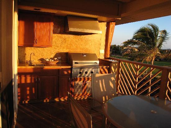 Outrigger Waikoloa Beach Villas: Grill on the lanai