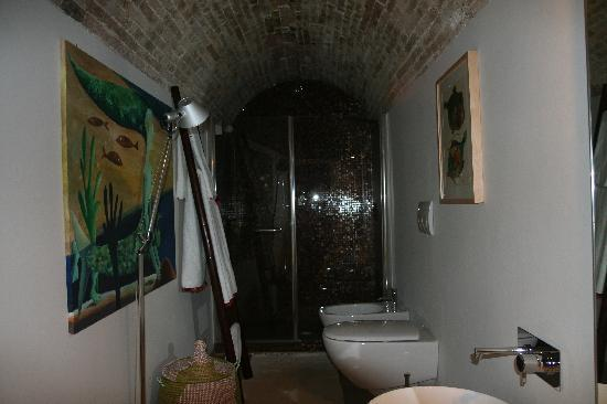 Buonanotte Barbanera: One of the bathrooms