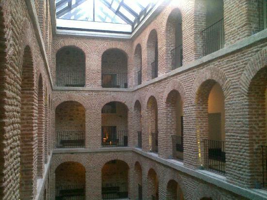 Parador de Turismo de La Granja: hotel courtyard