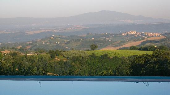 Calvi dell'Umbria, Ιταλία: Umbrian valley from pool