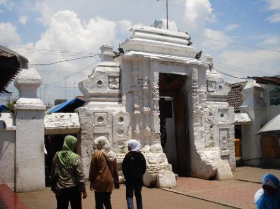 Τουμπάν, Ινδονησία: Gate masuk layer ke 2 menuju mesjid di area makam..