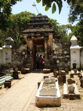 Τουμπάν, Ινδονησία: Gate masuk utama menuju area makam utama Sunan Bonang.. Yang unik adalah, adanya sepasang lingga