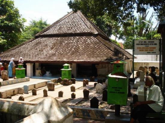 Τουμπάν, Ινδονησία: Makam Sunan Bonang Tuban, dengan atap rendah menggunakan kayu jati..