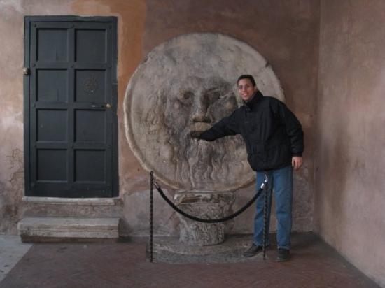 Piazza della Bocca della Verità: Lo boca de la verdad... casi me come el brazo!