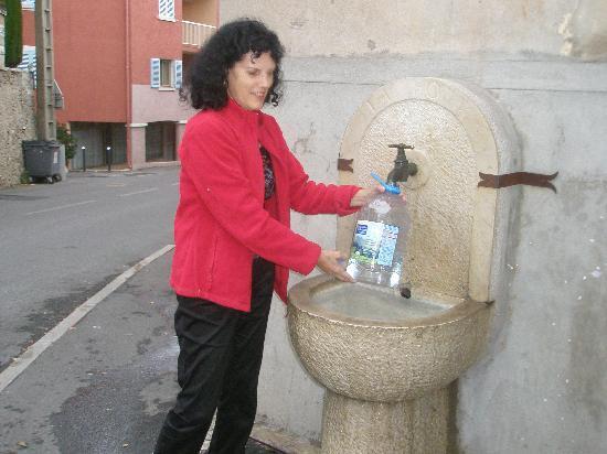 วองซ์, ฝรั่งเศส: Drinking water from the source