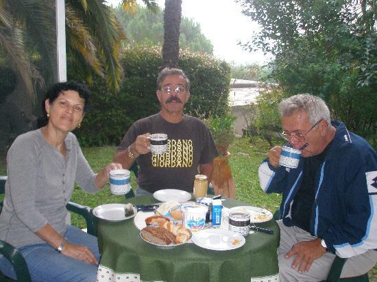 วองซ์, ฝรั่งเศส: Vence- breakfast in the garden