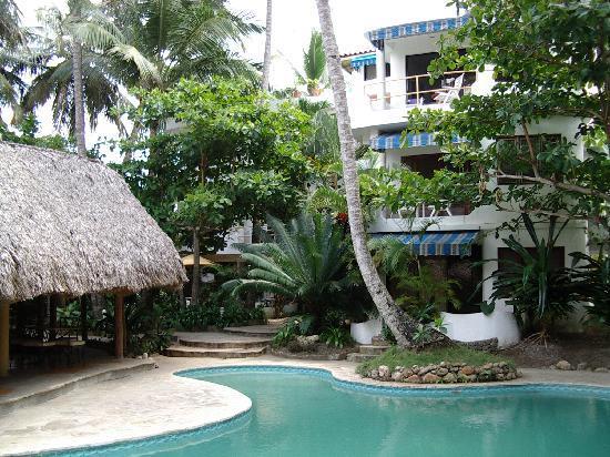 Caribe Surf Hotel: jardin,piscine,restaurant et l hotel au fond!