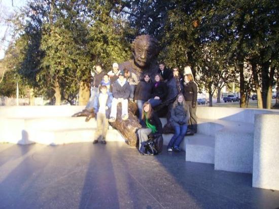 Albert Einstein Memorial: our group on the Einstein Statue =D