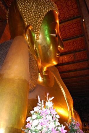 วัดไตรมิตร: The laying Buddha