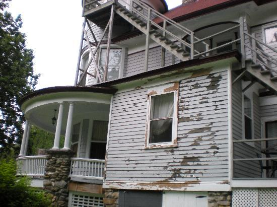 Stonegate Mansion: Needs painting