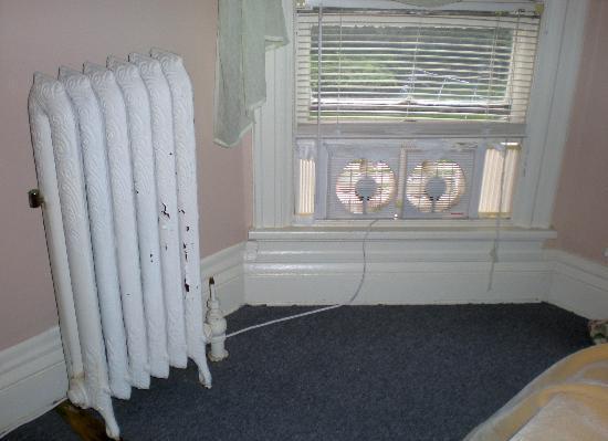 Stonegate Mansion : Attic bedroom, no A/C, just a broken fan