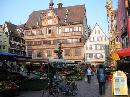 Tybinga, Niemcy: The old Rathaus (town hall) am Markt during a market which happens weekly.