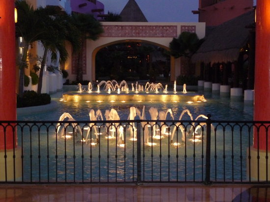 Iberostar Paraiso Lindo: Fountains at night
