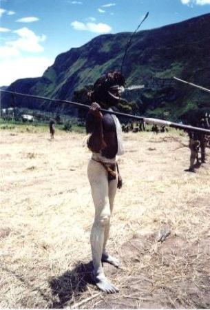 Wamena, อินโดนีเซีย: Irian Jaya Indonesia indigeno in assetto di battaglia