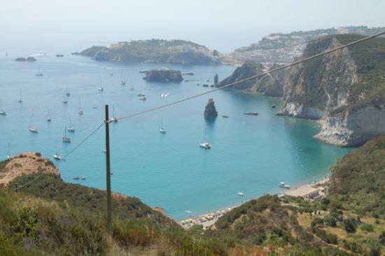 Ponza Island, อิตาลี: Ponza - vista della spiaggia del Frontone dall'unica strada  d'accesso.