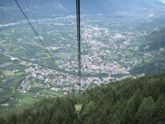 San Vigilio (Lana - BZ)  Il paese di Lana visto dalla funivia