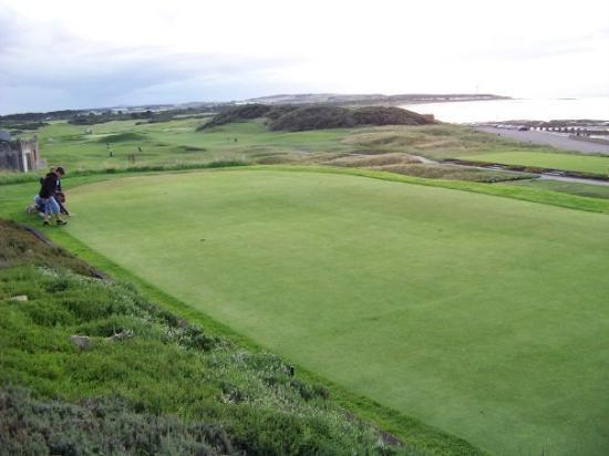 Elgin, UK: il green in riva al mare, posto esagerato!