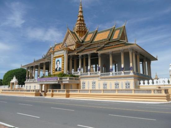 พระราชวังหลวง: The Royal Palace by day