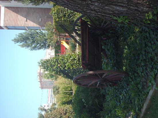 Hotel Luna Club : jardin avec aire de jeux pour enfant et terrain de pétanque