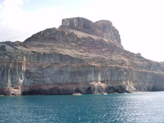 Puerto de Mogan (หมู่บ้านปวยร์โต เด โมกัน), สเปน: cliffs and caves