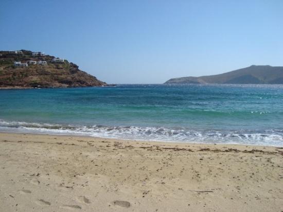 Mykonos, Grecia: stessa spiaggia sempre ventilato con onde davvero grosse... infatti è molto frequentato dai surf