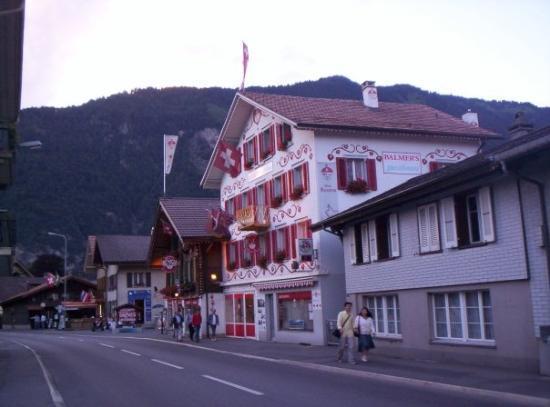 Balmer's Hostel: Interlaken (čítaj: Intrlókchn :-o))) )