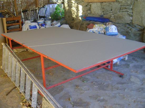 Aegean Hotel: Il tavolo da ping pong...fra sacchi di cemento e attrezzi vari!