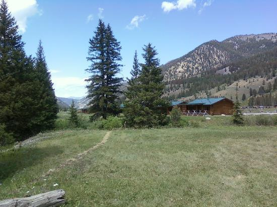 320 Guest Ranch: Mountain view with cabins