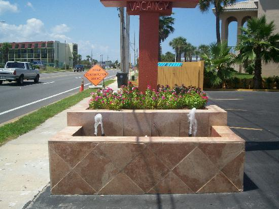 La Bella Oceanfront Inn: Signage in Front