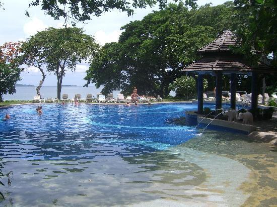 Cosy Beach Hotel: プールからパタヤ湾を望む。