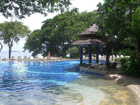 Cosy Beach Hotel: プールからパタヤ湾を望む。②