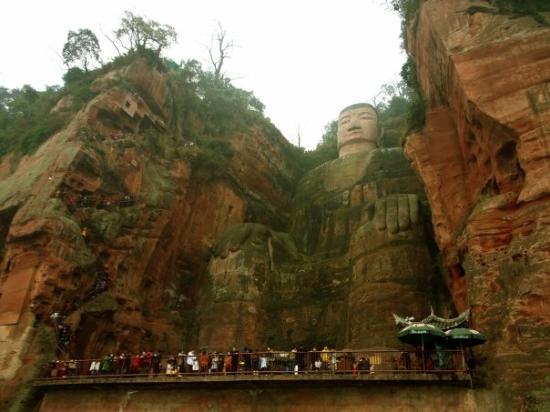 Leshan Giant Buddha (Da Fo): 大佛個頭都好完整,不過個身就霉霉地 A close-up view of the Buddha