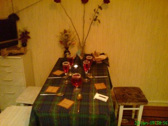มูร์มันสค์, รัสเซีย: The little table of our nice hostfamily is all made up for our last familymeal... :(