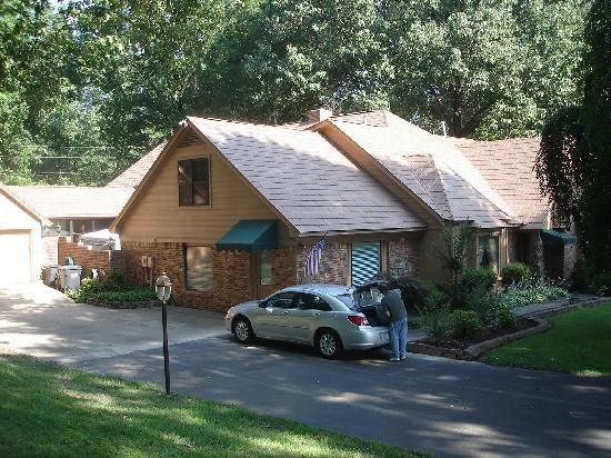 Sassafras Inn Bed & Breakfast: Don't stay in Memphis - drive 15 minutes more