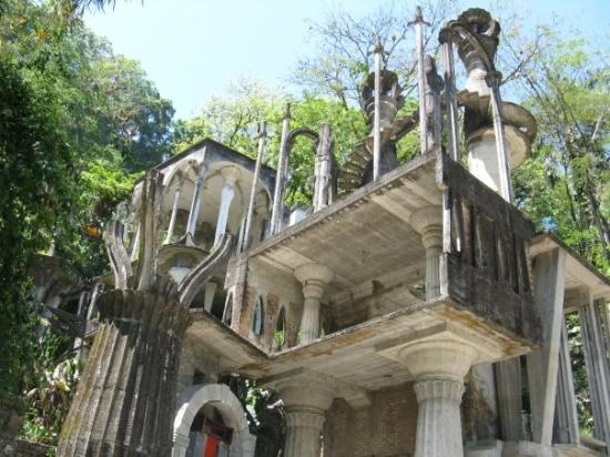 Xilitla, เม็กซิโก: Edward James, a British poet and rich weirdo built this surrealist structure out in the middle o