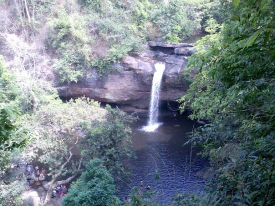 Prachin Buri, Tailândia: The waterfall from the film The Beach that Leo etc. jumped from!