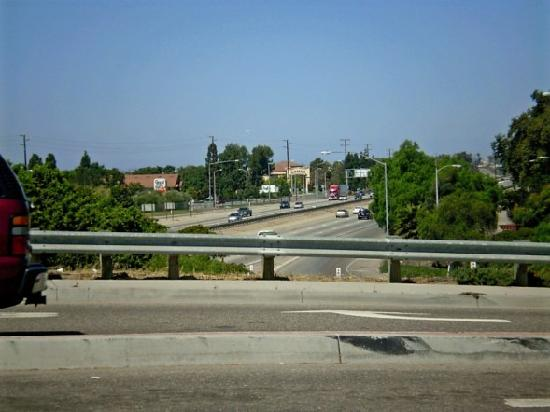 Good Nite Inn Camarillo: View of the hotel from the bridge over the 101