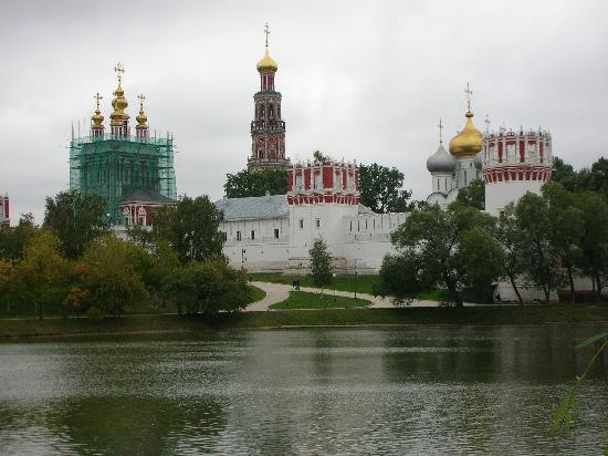 Couvent et cimetière de Novodievitchi : 池の対岸から見た修道院