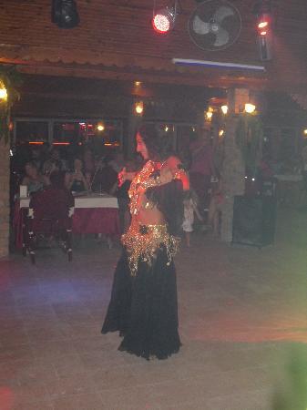 Alremu Bar & Restaurant : The belly dancer!