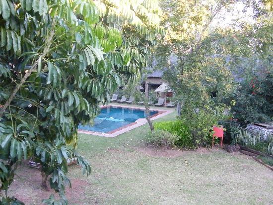 Hippo Hollow Country Estate: Piscine et parc, vue de la chambre