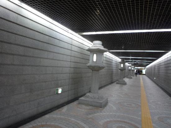 โซล, เกาหลีใต้: 燈篭が並ぶ地下道です。