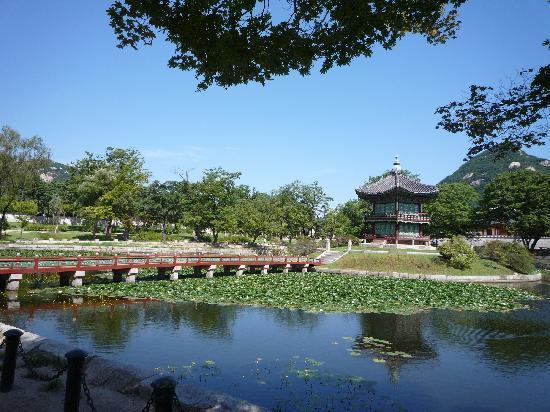 โซล, เกาหลีใต้: 池のほとりでちょっと休憩。