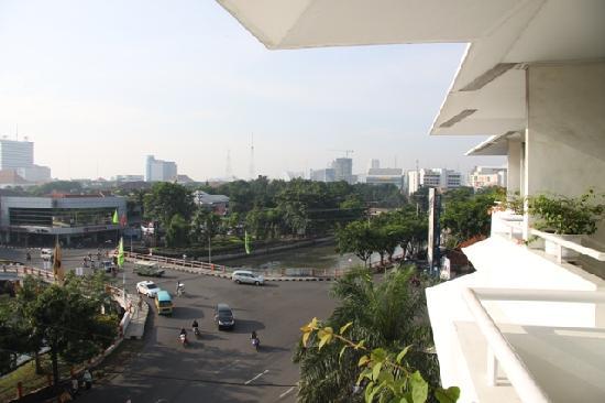 Weta International Hotel: busy street