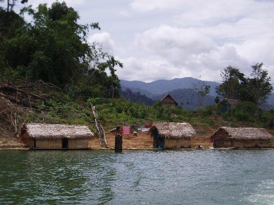 Belum Rainforest Resort: Orang Asli Settlement - Rafting House